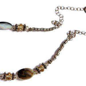 שרשרת מעוצבת מצדפות טבעיות בגווני חום. קריסטלים סוורובסקי משולבים בשרשרת. ניתן להזמין את השרשרת בכל אורך.